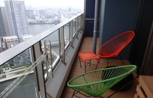 高層マンションの眺めを堪能するウッドデッキ